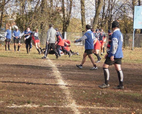 Игрок («вепрь», слева) остановлен захватом россиянина.