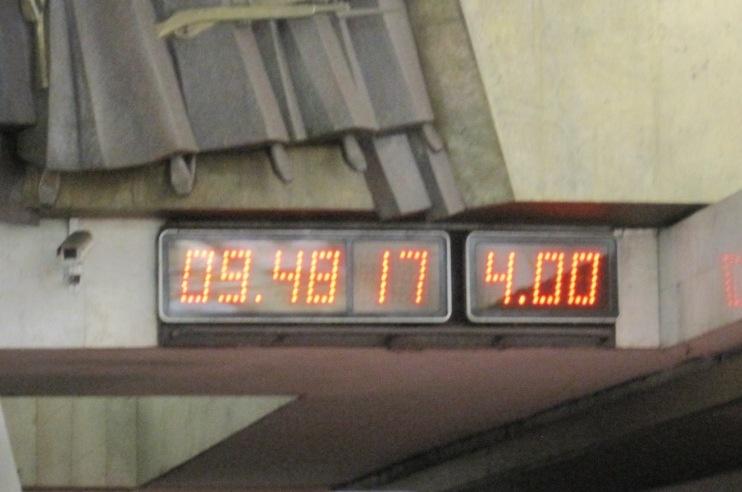 На табло слева указано время суток, а справа - время, которое прошло после ухода последнего поезда.