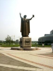 Памятник Франциску Скарине у Нацональной библиотеки в Минске