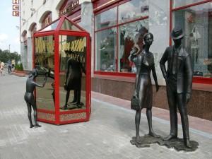 Скульптура Семья покупателей у ЦУМа в Минске