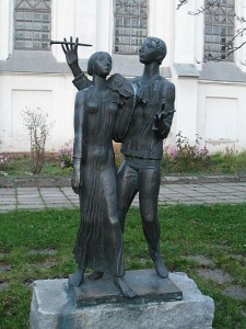 Скрипачка и флейтист у костёла Святого Роха на кладбище в Минске