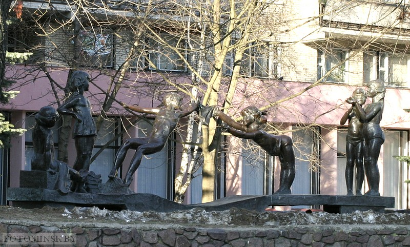Скульптура на ул. Веры Хоружей в Минске