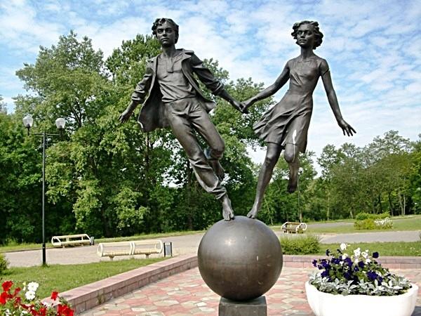 Скульптура у Дворца детей и молодёжи в Минске