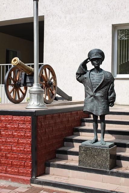 Скульптура Сын полка у Суворовского училища в Минске