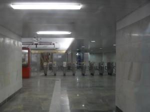 """Через стеклянную дверь видим частичка нового метро. Но пройти туда сейчас могут только рабочие """"Метростроя""""."""