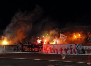 В этот вечер от футбола отвлекали сотни пылающих файеров.
