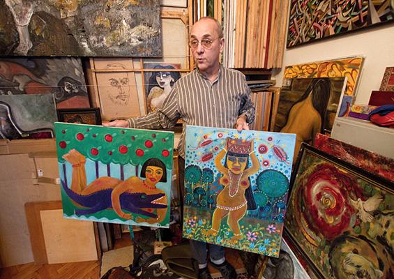 Все стены квартиры коллекционера завешаны картинами