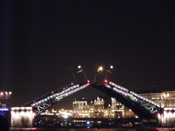 Пока мост разводят, наверху горят красные огни