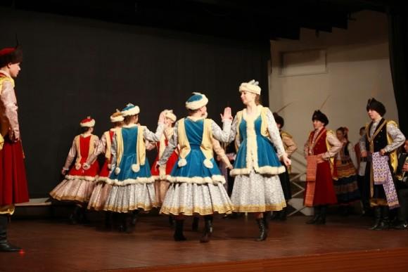 Ганна (у цэнтры) наведвае гурток польскіх народных танцаў