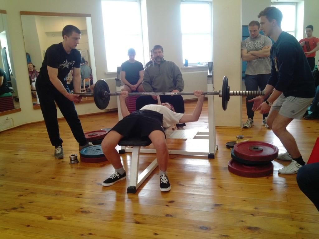 Спортсмен в весовой категории до 60 кг жмет свой вес