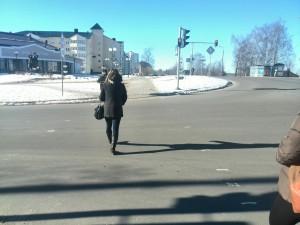 Пешеход переходит дорогу на красный цвет сетофора
