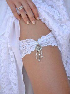 белоснежная подвязка невесты