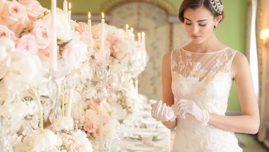 Невеста в украшенном зале