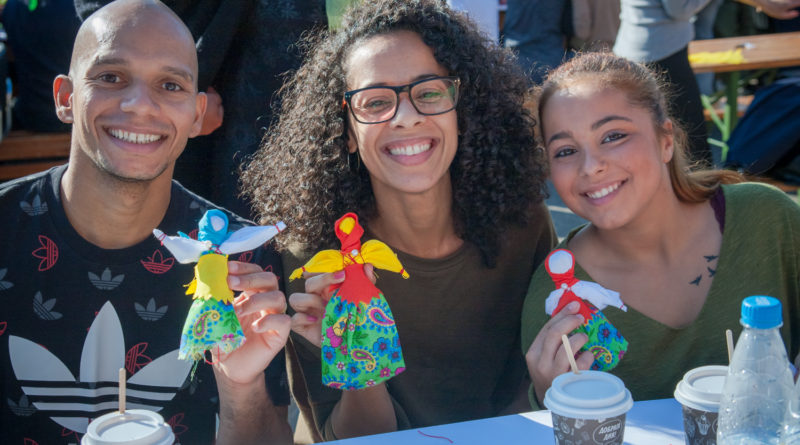 Артисты Cirque du Soleil создали обереги для «SOS-Детской деревни Боровляны»