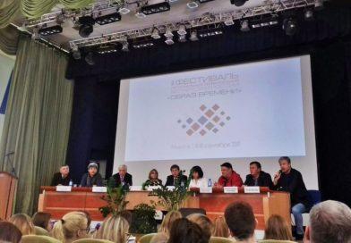 Русские тележурналисты на журфаке БГУ: разговоры о настоящем и будущем профессии и очередь за фото с Валдисом Пельшем