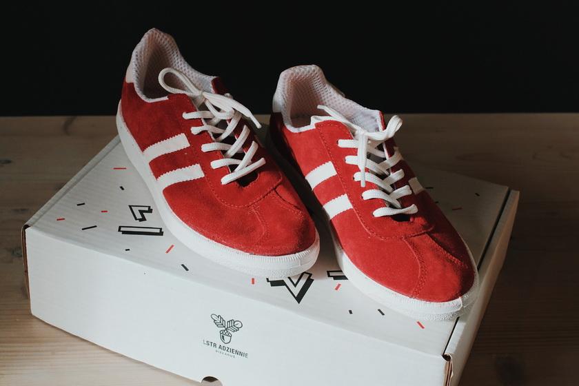 Лидские кроссовки с гербом Гедеминовичей в красной расцветке