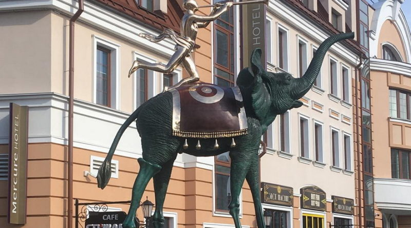 Шестиметрового слона установили в самом тусовочном месте Минска