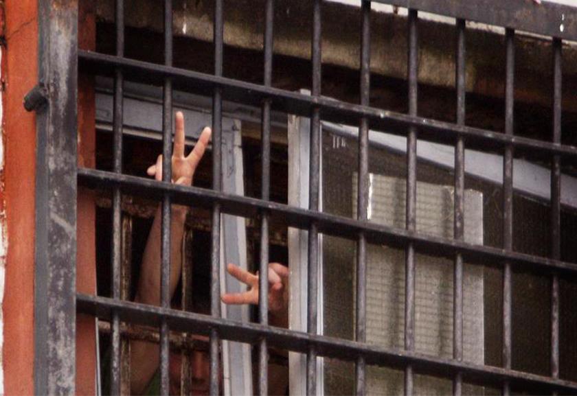 """Заключенные показывают жест """"Виктория"""" за решеткой"""