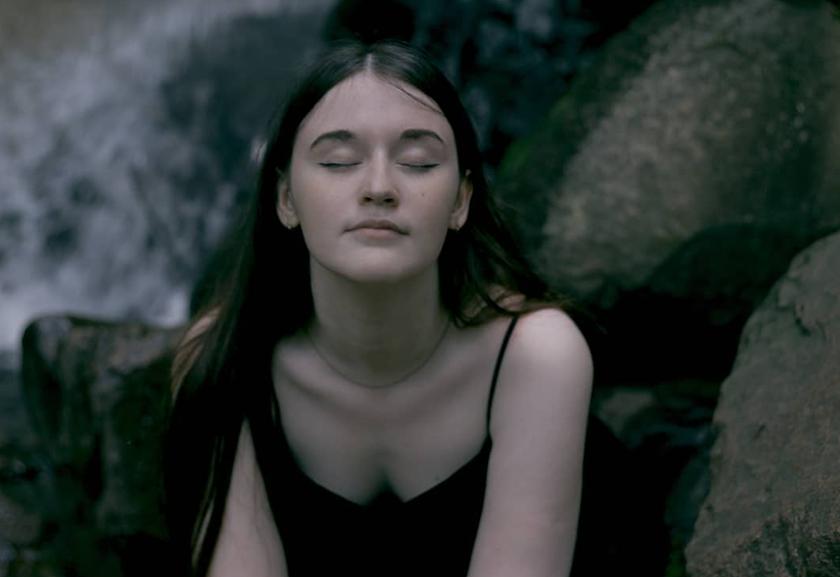 фотосессия девушки на водопаде
