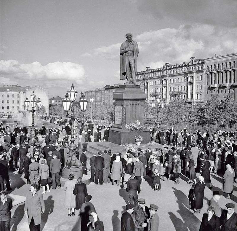 Люди у памятника Пушкину