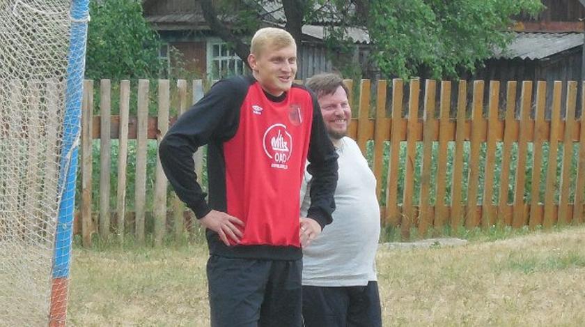 Денис Лаптев играет в футбол в деревне